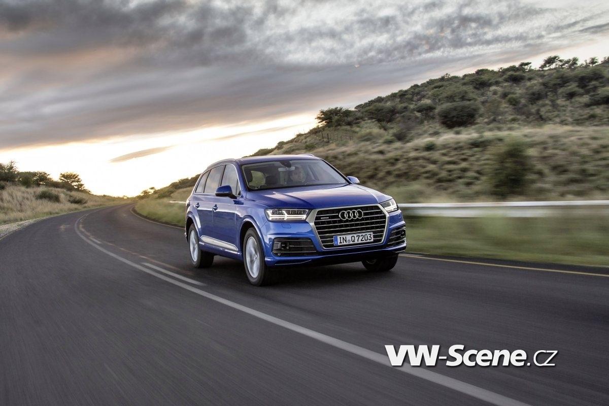 Fahraufnahme    Farbe: Arablau Kristalleffekt    Verbrauchsangaben Audi Q7:Kraftstoffverbrauch kombiniert in l/100 km: 8,3 - 5,7;CO2-Emission kombiniert in g/km: 193 - 149